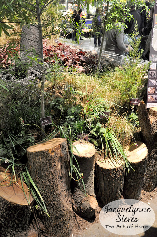 Unique garden edging ideas photograph upright logs in a ro for Unique garden border ideas