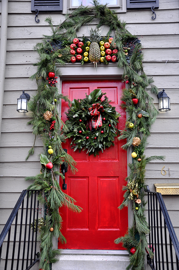 reddoorwithcolonialchristmasdecorations colonialpineappledecoration2 christmaswreath_jacquelynnesteves colonialpineappledecoration - How To Decorate Outdoor Stairs For Christmas